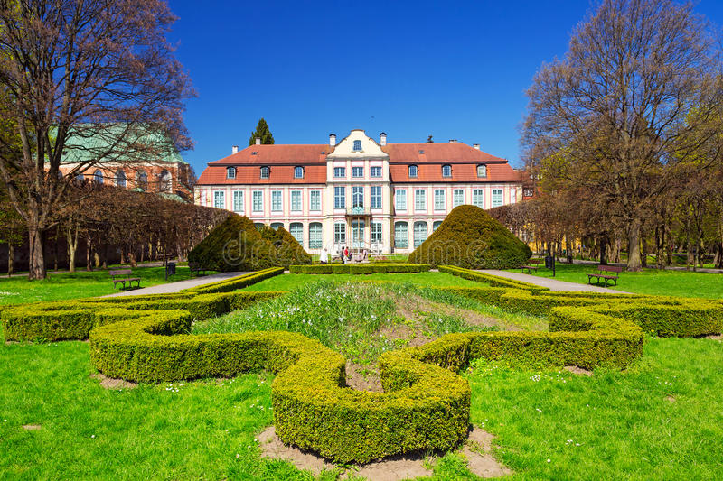 De zomerlandschap van Abbots-Paleis in Gdansk Oliwa stock foto