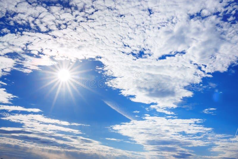De zomerlandschap van blauwe hemel en zon met witte wolken royalty-vrije stock foto