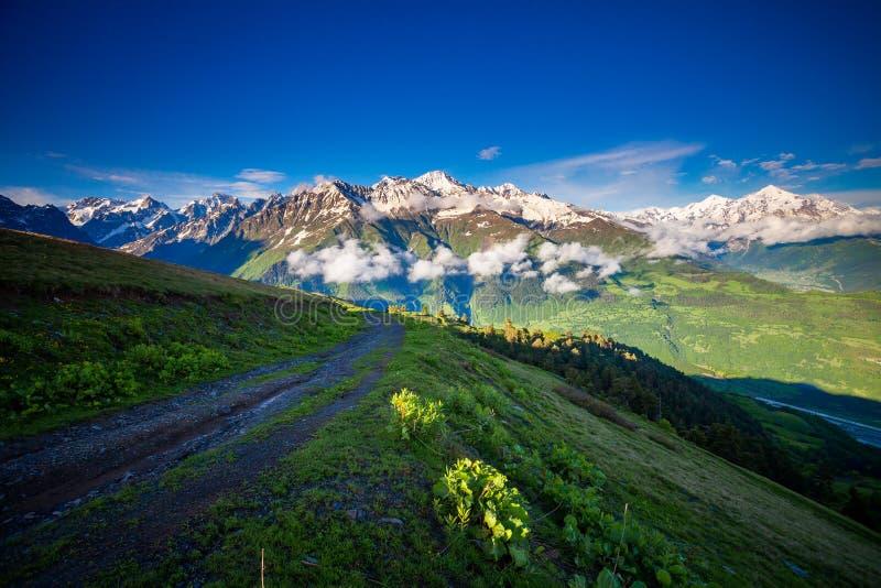 De zomerlandschap van het bergpanorama georgië stock foto