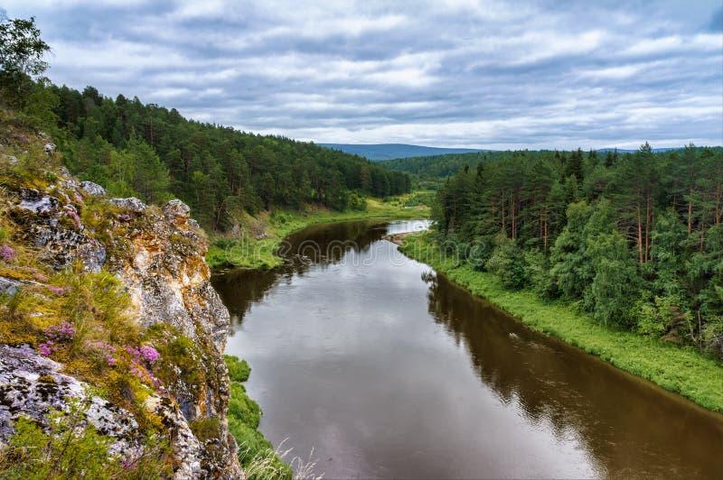 De zomerlandschap van de rots op de rivier van Oefa in de Ural-bergen Aard van Rusland stock foto's