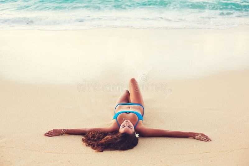 De zomerlevensstijl, Gelukkige Onbezorgde Jonge Vrouw bij het Strand royalty-vrije stock afbeeldingen