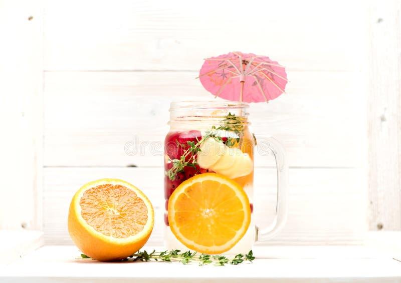 De zomerlimonade met vruchten en bessen stock afbeelding