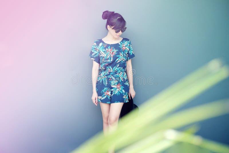 De zomermanier voor Vrouw, Meisje die zich met houding bij Pastelkleur C bevinden royalty-vrije stock foto