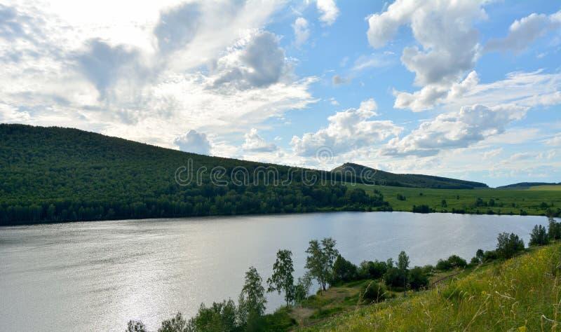 De zomermeer Kashkol met wolken stock afbeeldingen