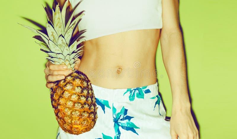 De zomermeisje met ananas royalty-vrije stock fotografie