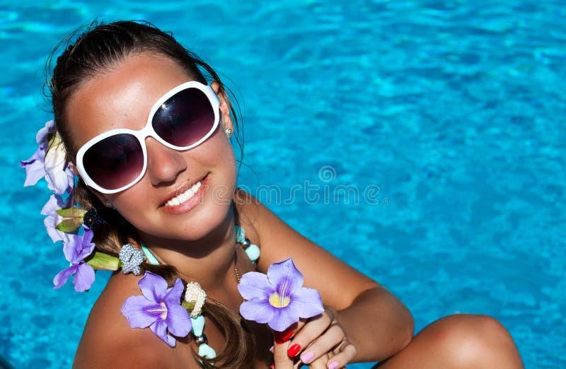 De zomermeisje vrolijk in zonnebril die over de bedelaars van de wateraard genieten van stock afbeeldingen