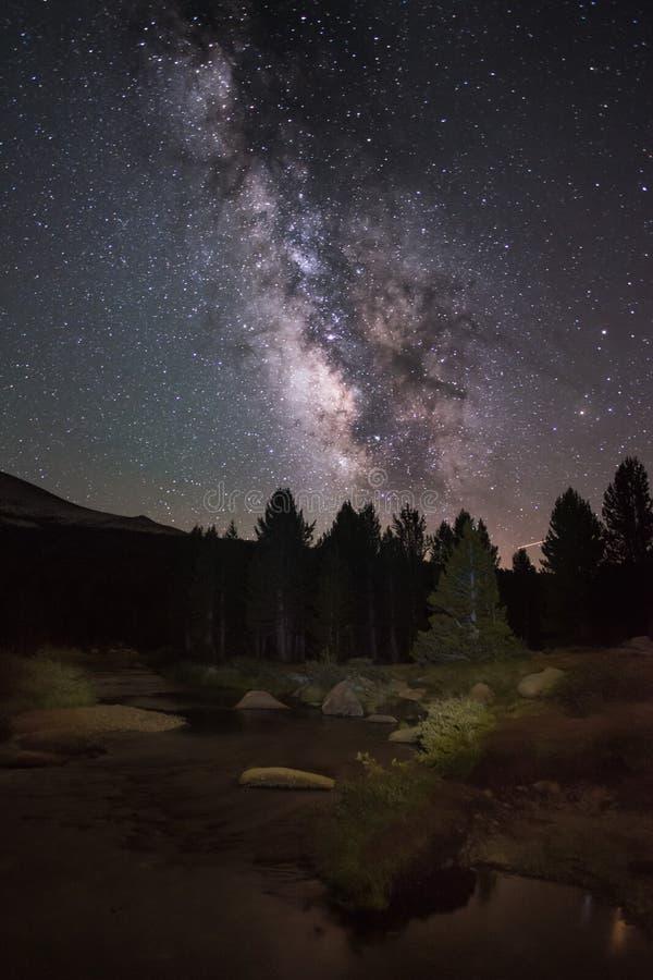 De zomermelkweg en Galactisch Centrum met een Stromende Rivier in Voorgrond in Tuolumne-Weiden, het Nationale Park van Yosemite royalty-vrije stock foto