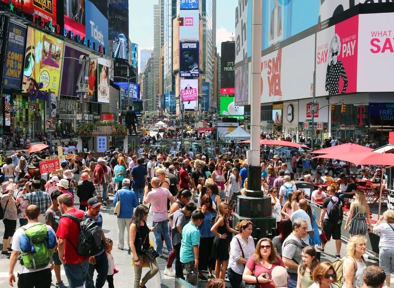 De zomermenigte in Times Square royalty-vrije stock fotografie
