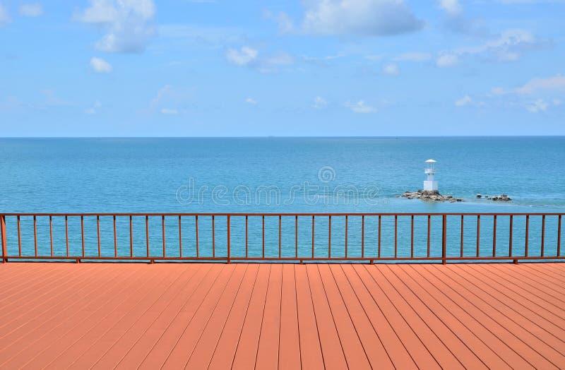 De zomermening met leeg terras royalty-vrije stock foto's