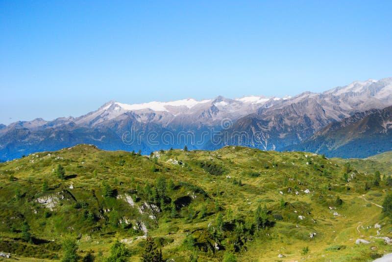 De zomermening onder het Dolomiet met gletsjer van Adamello Brenta stock afbeeldingen