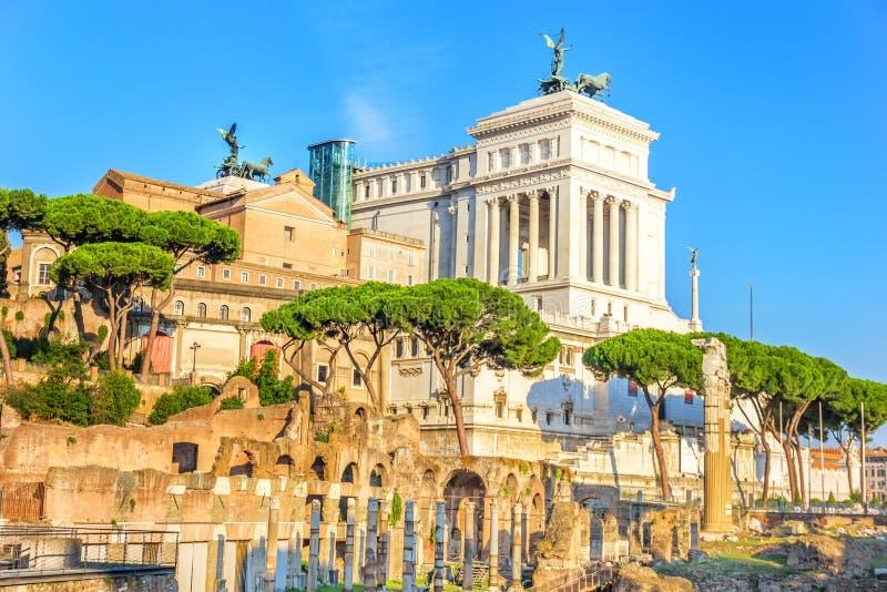 De zomermening over Vittoriano van het Roman forum stock afbeelding