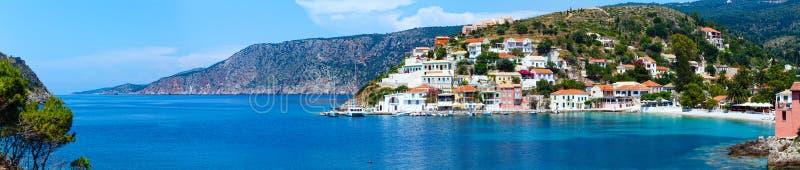 De zomermening van Assos-dorp (Griekenland, Kefalonia) Panorama stock afbeelding