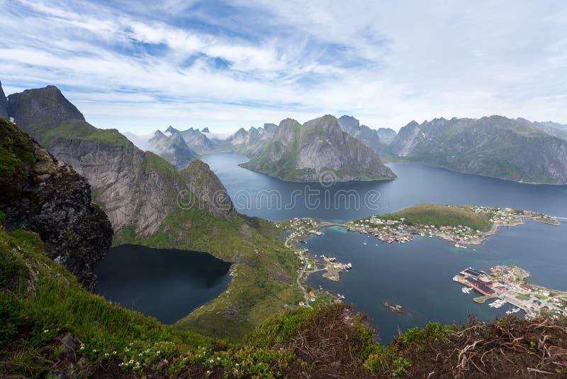De zomermening van bergen en Reine in Lofoten-eilanden, Noorwegen royalty-vrije stock foto