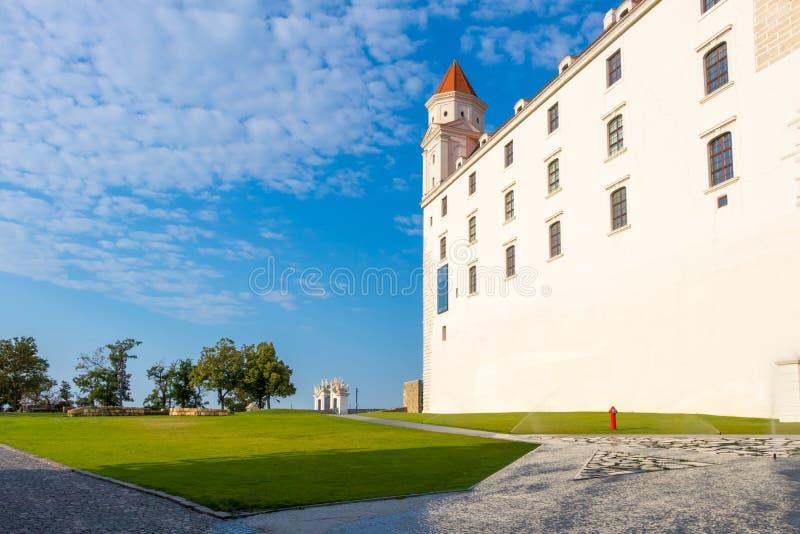 De zomermening van het Kasteel van Bratislava in de nieuwe witte verf, Slowakije wordt getoond dat stock fotografie