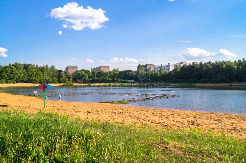 De zomermening van het rustige meer in woondistrict in de voorsteden royalty-vrije stock afbeelding