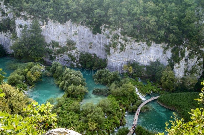 De zomermening van mooie watervallen in Plitvice-Meren Nationaal Park, Kroatië stock foto