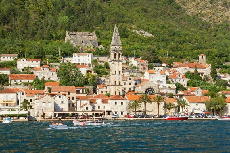 De zomermening van oude stad van Perast met klokketoren van Sinterklaas-kerk Baai van Kotor, Montenegro royalty-vrije stock foto