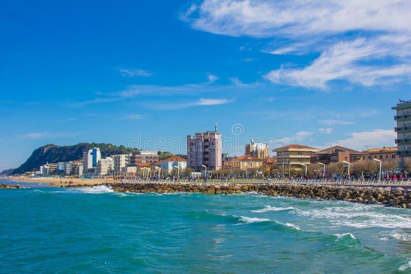 De zomermening van Pesaro-stad op het Adriatische overzees royalty-vrije stock foto's