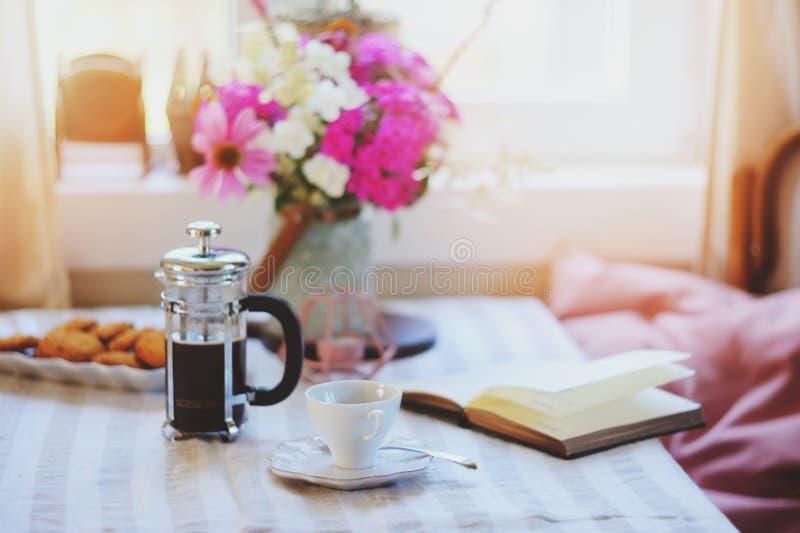 de zomerontbijt in comfortabel buitenhuis Lijst met boeket van bloemen van eigen tuin, Franse pers met koffie en koekjes royalty-vrije stock afbeelding