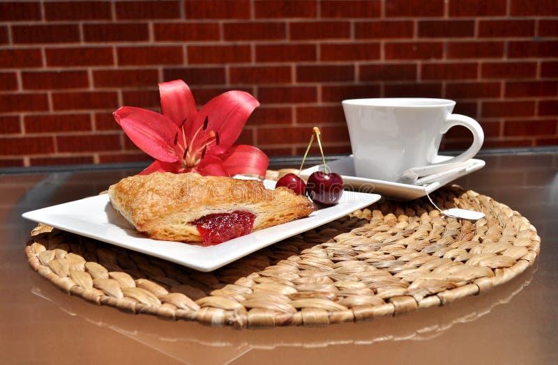 De zomerontbijt; fruitgebakje en thee royalty-vrije stock fotografie
