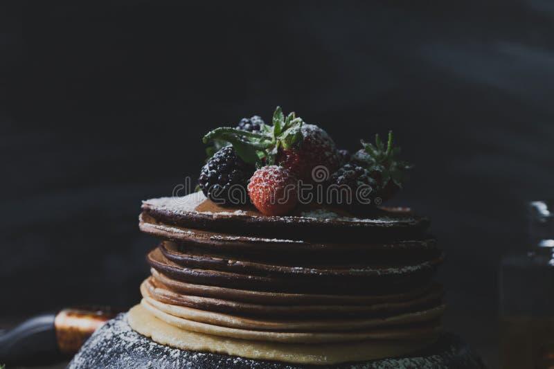 De zomerontbijt met pannekoeken, aardbeien en honing op oude wo royalty-vrije stock foto's