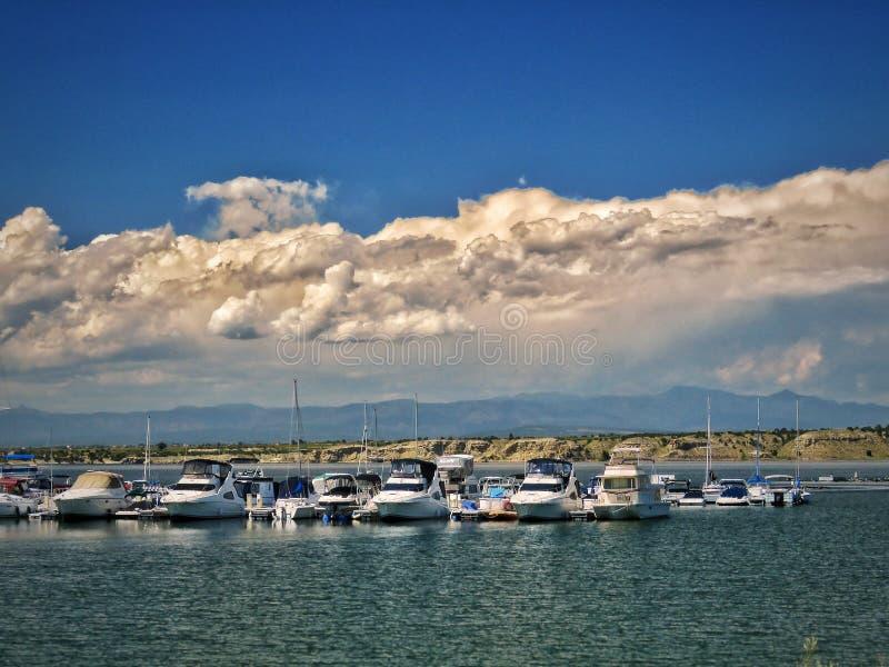 De zomeronweer die voorbij de Jachthaven van Meerpueblo ` s Southn overgaan royalty-vrije stock foto's