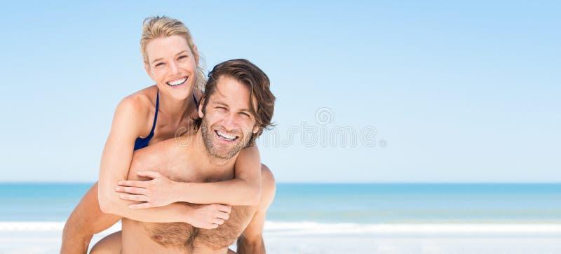 De zomerpaar bij strand royalty-vrije stock afbeeldingen