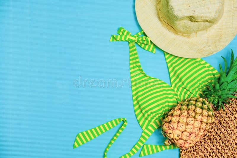 De zomerpartij De tijd te ontspannen gaat naar strand en reist met Bikini, Hoeden en Ananasfruit op Pastelkleurachtergrond Uitste royalty-vrije stock foto's