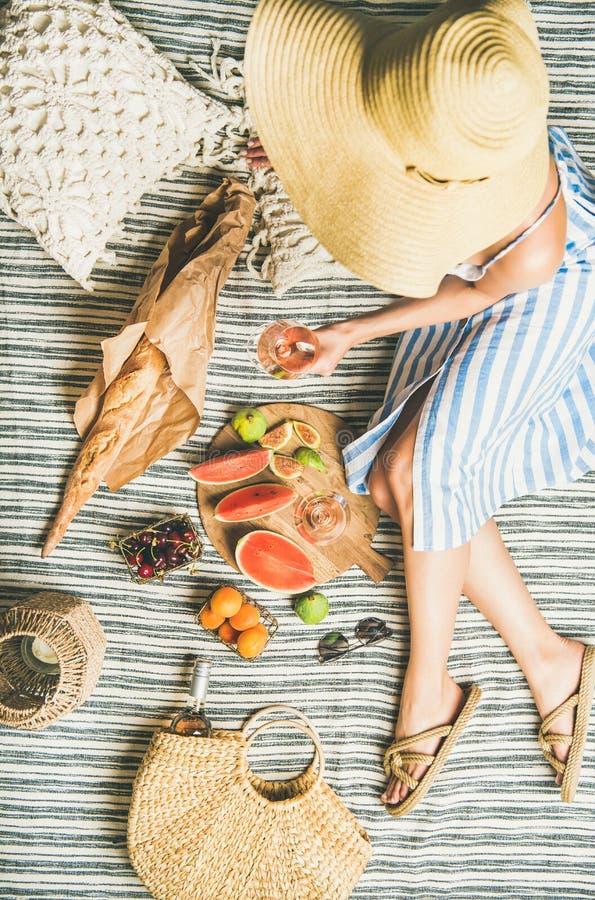 De zomerpicknick het plaatsen royalty-vrije stock foto