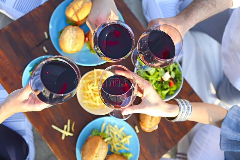 De zomerpicknick met rode wijn royalty-vrije stock fotografie