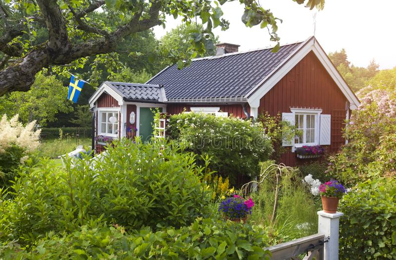 De zomerplattelandshuisje met bloem in de tuin royalty-vrije stock foto