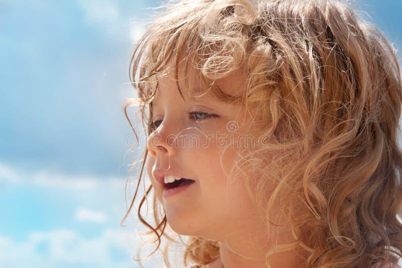 De zomerportret van een klein meisje stock fotografie