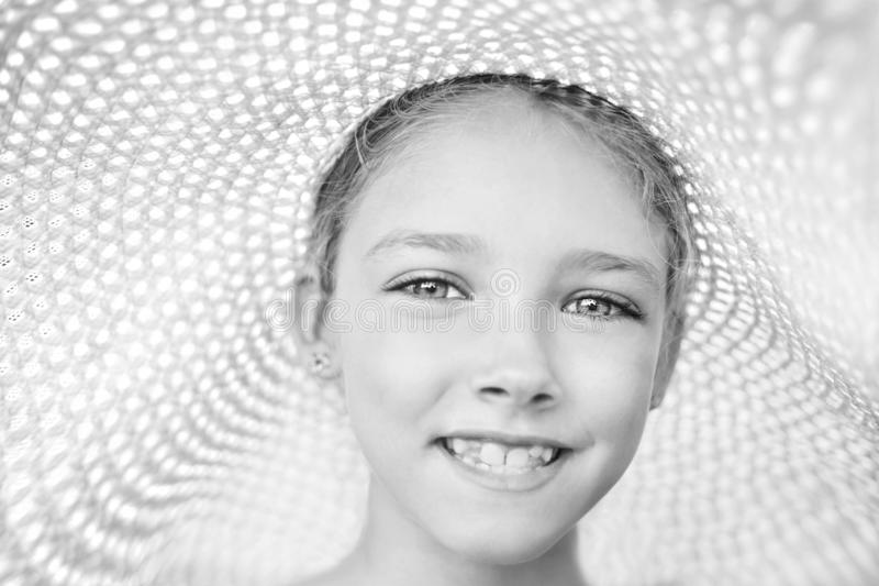 De zomerportret van een mooi meisje in een hoed De Zwart-witte foto van Peking, China stock afbeelding