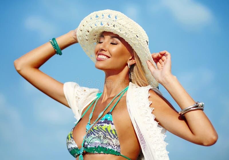 De zomerportret van mooie glimlachende vrouw in hoed stock afbeeldingen