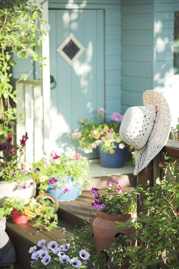 De zomerpotten en tuinloods stock afbeelding