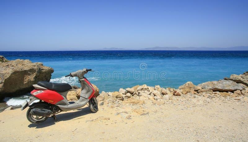 De zomerreis aan het rotsachtige strand stock foto