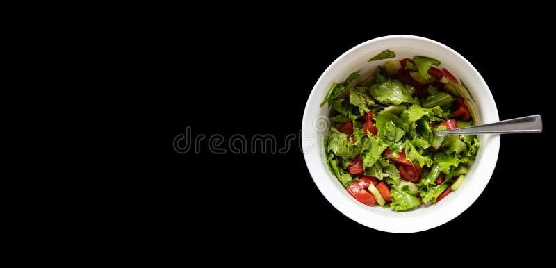 De de zomersalade van tomaten, komkommers en kool kruidde met azijn, zwarte achtergrond met exemplaar ruimte, hoogste mening Plan royalty-vrije stock afbeelding