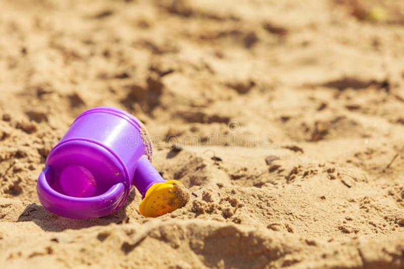 De zomerspeelgoed die op zand liggen royalty-vrije stock foto's