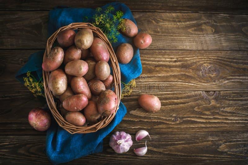 De zomerstilleven van rijpe aardappels op een houten lijst stock foto