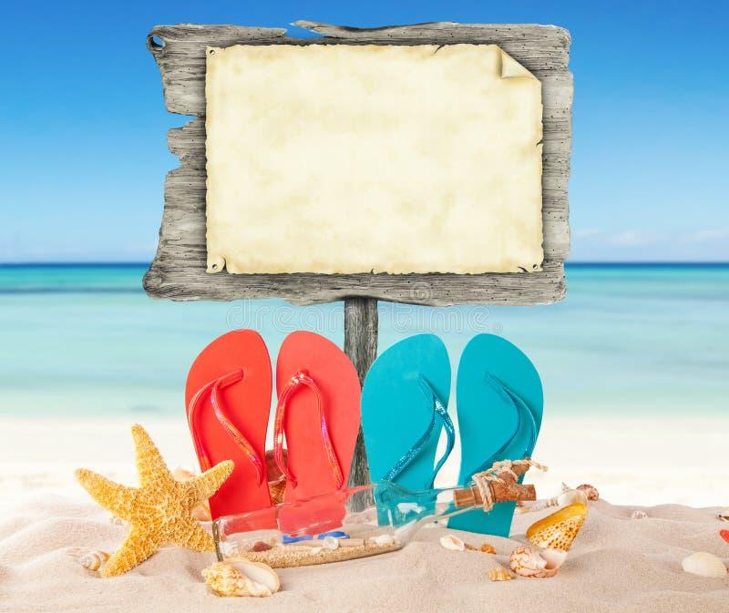 De zomerstrand met lege houten affiche stock fotografie