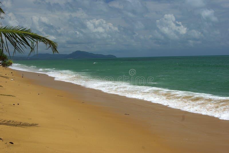 De zomerstrand - palm, berg op ver eiland, wit zand, royalty-vrije stock foto