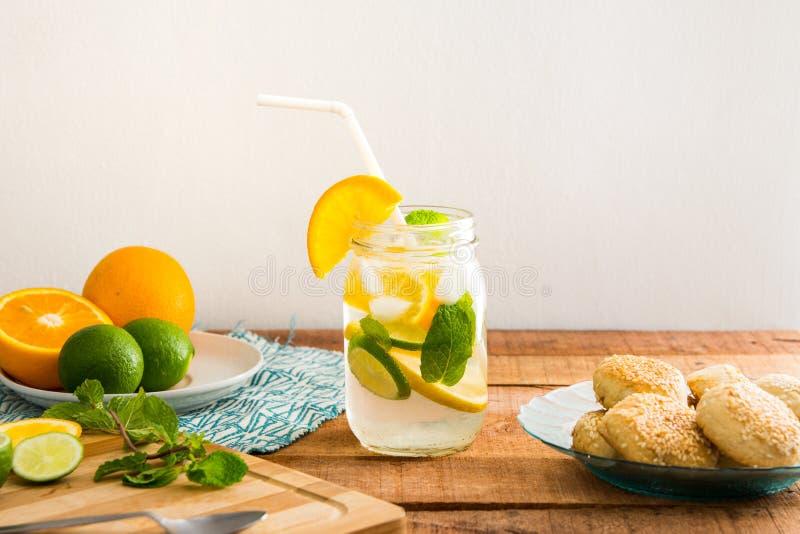 De zomerthema met sinaasappel en kalk gegoten sodawaterdrank op houten tafelblad royalty-vrije stock afbeelding