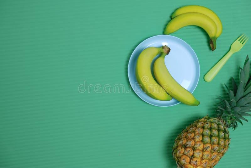 De zomertijd om met Ananas en banaanfruit op Pastelkleurachtergrond te ontspannen Uitstekende Ontwerpstijl voor de Partij van de  stock foto