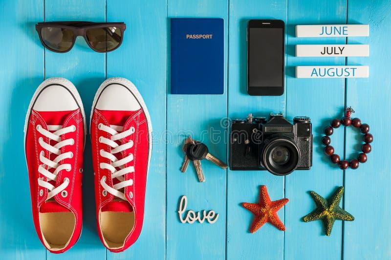 De zomeruitrusting van reiziger, student, tiener, meisje, jonge vrouw of kerel Overheadkosten van hoofdzaak voor modern jongere stock afbeelding