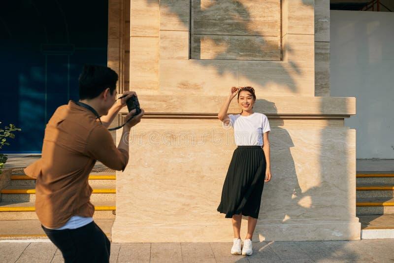 De zomervakantie en het dateren van concept - koppel het nemen van fotobeeld in de stad stock afbeeldingen