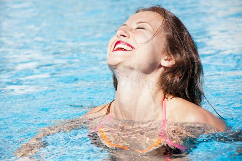 De zomervakantie en reis naar de Maldiven Caraïbische overzees dope Kuuroord in pool Meisje met rode lippen en nat haar Het stran stock afbeelding