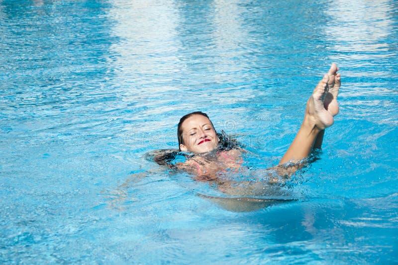 De zomervakantie en reis naar de Maldiven Vrouw in zwembad Meisje met rode lippen en nat haar Het strand van Miami is zonnig royalty-vrije stock afbeeldingen
