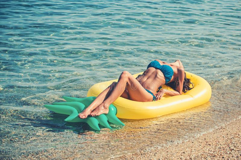 De zomervakantie en reis naar oceaan Ananas opblaasbare matras, activiteit en vreugde Het strandwater van de Maldiven of van Miam royalty-vrije stock afbeelding