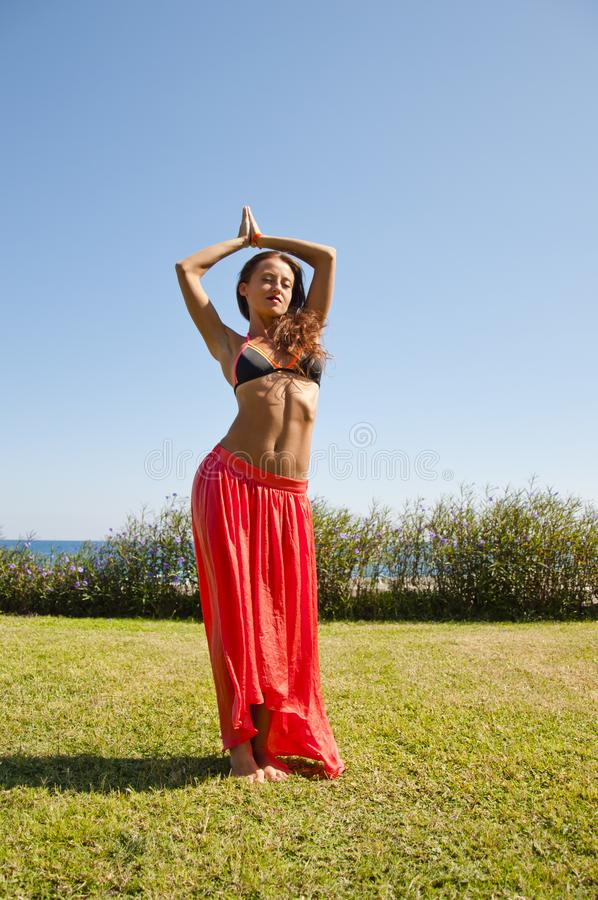 De zomervakantie en reis Perfect lichaam van buikdanser suntan Vrouw die met lichaam dansen vrouw met geschikte buik KUUROORD en royalty-vrije stock afbeelding