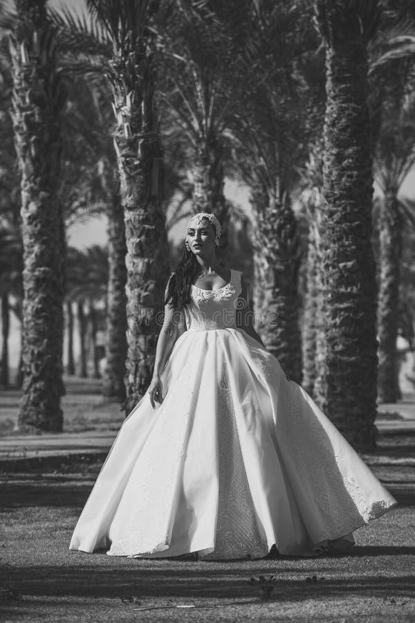 De zomervakantie en vakantie Bruid op zonnige dag op natuurlijke achtergrond royalty-vrije stock afbeelding